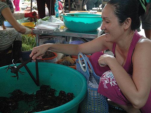 Không chỉ ở nông thôn mà ngay tại các chợ ở đô thị cũng rất dễ mua cua đồng với giá rẻ. Ảnh: Hồng Thúy